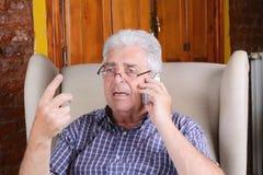 Oude mens die op telefoon spreekt Royalty-vrije Stock Foto's