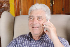 Oude mens die op telefoon spreekt Stock Afbeeldingen