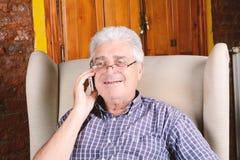 Oude mens die op telefoon spreekt Royalty-vrije Stock Fotografie