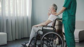 Oude mens die op terugwinning op medisch centrum na ernstige stekelverwonding verblijven stock afbeelding