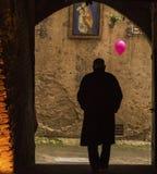 Oude mens die in Siena lopen Stock Fotografie