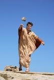Oude mens die steen werpt Stock Afbeelding
