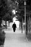 Oude mens die in Sumgait, Azerbeidzjan lopen Royalty-vrije Stock Afbeelding