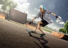 Oude Mens die in zonnige dag schaatsen Stock Foto