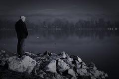 Oude mens door de rivier Royalty-vrije Stock Afbeeldingen