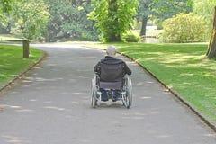 Oude Mens in een rolstoel stock fotografie