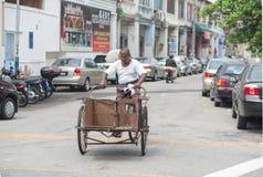 Oude mens en fiets Royalty-vrije Stock Afbeeldingen