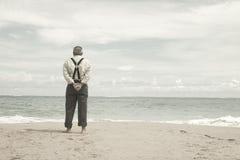 Oude mens en het strand Stock Foto's