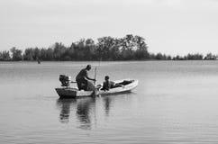 Oude mens en kindvisser stock afbeeldingen