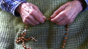 Oude mens het bidden rozentuin stock videobeelden