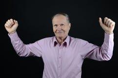oude mens het glimlachen handen omhoog Stock Foto