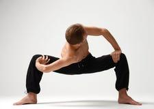 Oude mens het praktizeren yoga die uitrekkende oefeningen doen Royalty-vrije Stock Foto's