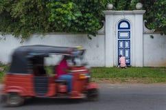 Oude mens het schilderen deur binnen Royalty-vrije Stock Afbeeldingen
