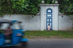Oude mens het schilderen deur binnen Stock Afbeelding