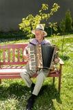Oude mens het spelen harmonika stock foto's