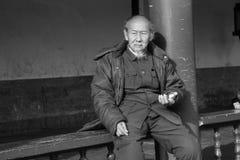 Oude mens het spelen roestvrij staalbal Stock Afbeelding