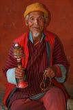 Oude mens - Kyichu Lhakhang - Paro - Bhutan Royalty-vrije Stock Afbeeldingen