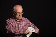 Oude mens met bankdocument royalty-vrije stock afbeeldingen