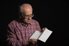 Oude mens met bankdocument royalty-vrije stock afbeelding