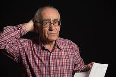 Oude mens met bankdocument royalty-vrije stock foto