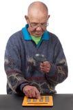 Oude mens met calculator Royalty-vrije Stock Foto's