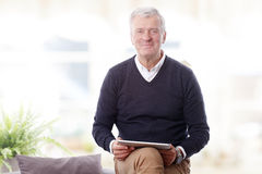 Oude mens met digitale tablet royalty-vrije stock afbeeldingen