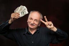 Oude mens met dollarrekeningen Stock Foto