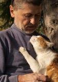 Oude mens met een kat Stock Afbeeldingen