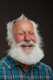 Oude mens met een lange baard wiith grote glimlach Stock Afbeeldingen