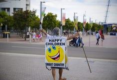 Oude mens met embleem` gelukkige Kinderen `  stock foto's