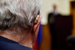 Oude mens met gehoorapparaat Royalty-vrije Stock Afbeeldingen