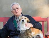 Oude mens met hond en kat Stock Foto's