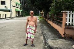 Oude mens met lendendoek die zich op openbare straat bevinden Royalty-vrije Stock Foto