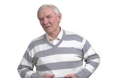 Oude mens met maagproblemen stock videobeelden