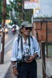 Oude mens met Nikon-camera, Kemang, Jkarta, Indonesië royalty-vrije stock fotografie