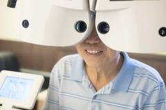 Oude mens met optometrie royalty-vrije stock foto's