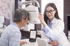 Oude mens met optometrist royalty-vrije stock foto's