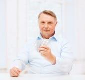 Oude mens met pak pillen Royalty-vrije Stock Afbeeldingen