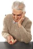 Oude mens met pillen Stock Foto