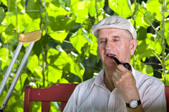 Oude mens met rokende pijp Stock Foto's