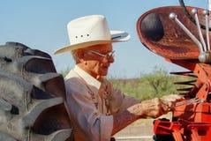 Oude mens met tractor Royalty-vrije Stock Foto's