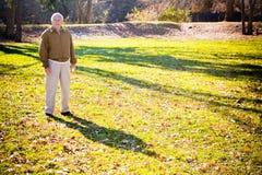 Oude Mens op een Gebied Royalty-vrije Stock Afbeelding