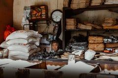 Oude mens op zijn oude Winkel stock foto