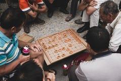 Oude mens twee die Chinese schaakxiangqi spelen stock afbeeldingen