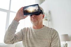 Oude mens in virtuele werkelijkheidshoofdtelefoon of 3d glazen Stock Foto's