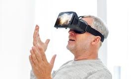 Oude mens in virtuele werkelijkheidshoofdtelefoon of 3d glazen Stock Afbeelding