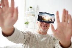 Oude mens in virtuele werkelijkheidshoofdtelefoon of 3d glazen Royalty-vrije Stock Foto's