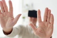 Oude mens in virtuele werkelijkheidshoofdtelefoon of 3d glazen Royalty-vrije Stock Foto