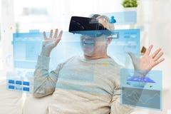 Oude mens in virtuele werkelijkheidshoofdtelefoon of 3d glazen Stock Fotografie