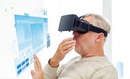 Oude mens in virtuele werkelijkheidshoofdtelefoon of 3d glazen Stock Afbeeldingen